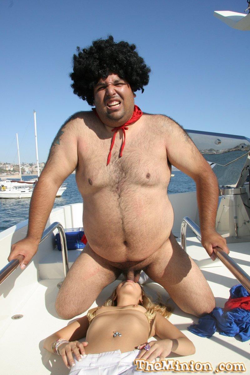 Узкоглазая светлая баба с крохотными грудями берет в рот член у жирного миллиардера на его раскрепощенной яхте