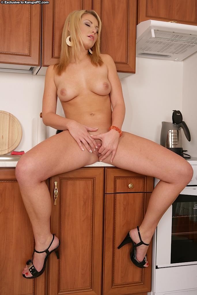 Привлекательная блондинка Niki Sand обнажается в домашних условиях