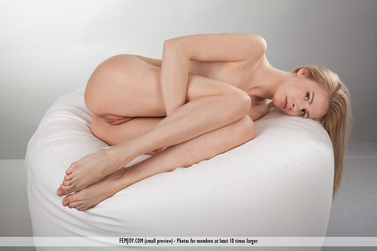 Подросток стройняшка Мур распространяя ее великолепные ножки и вульву на фотосессии