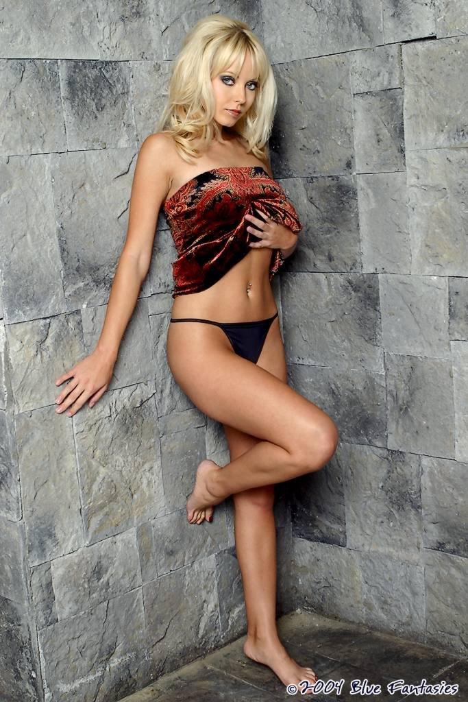 Модель со свелыми волосами Jana Cova спускает платье и обнажает сисяндры и пизду