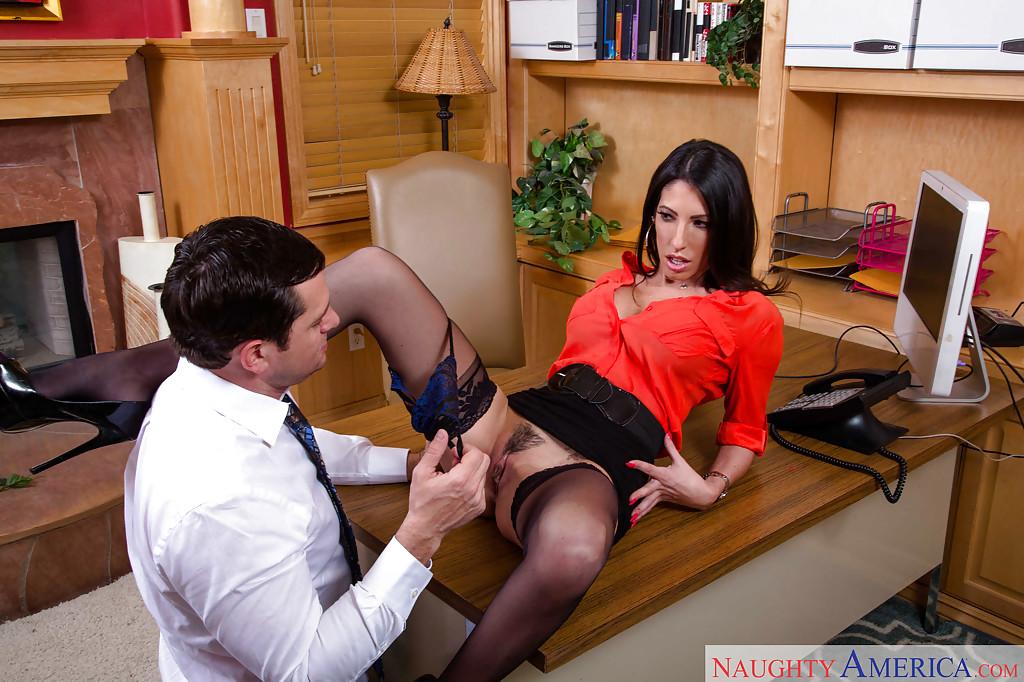 Начальник трахнул секретаршу Dava Foxx в рот в кабинете
