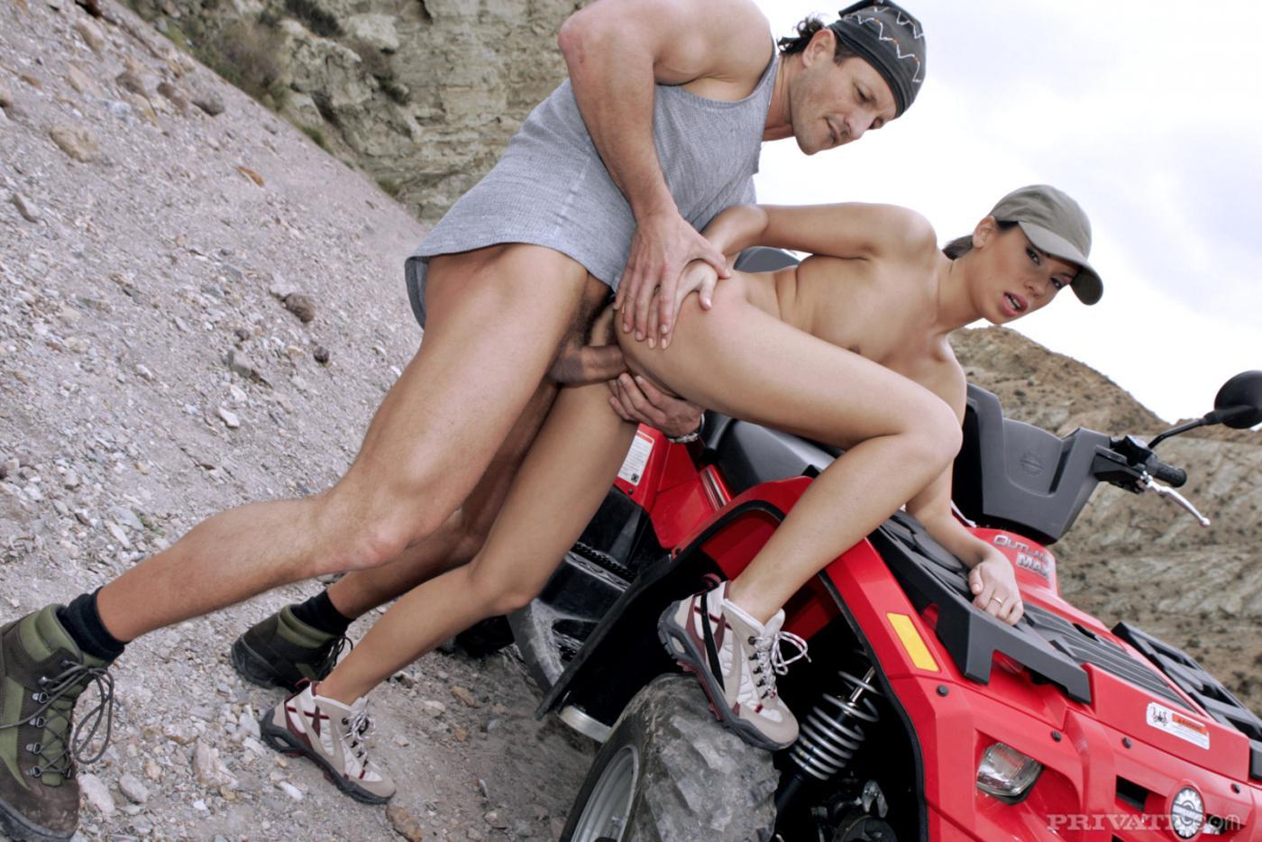 Ухоженная модель с темными волосами Vanessa Paradise занимается сексом в свою щелку на квадроцикле