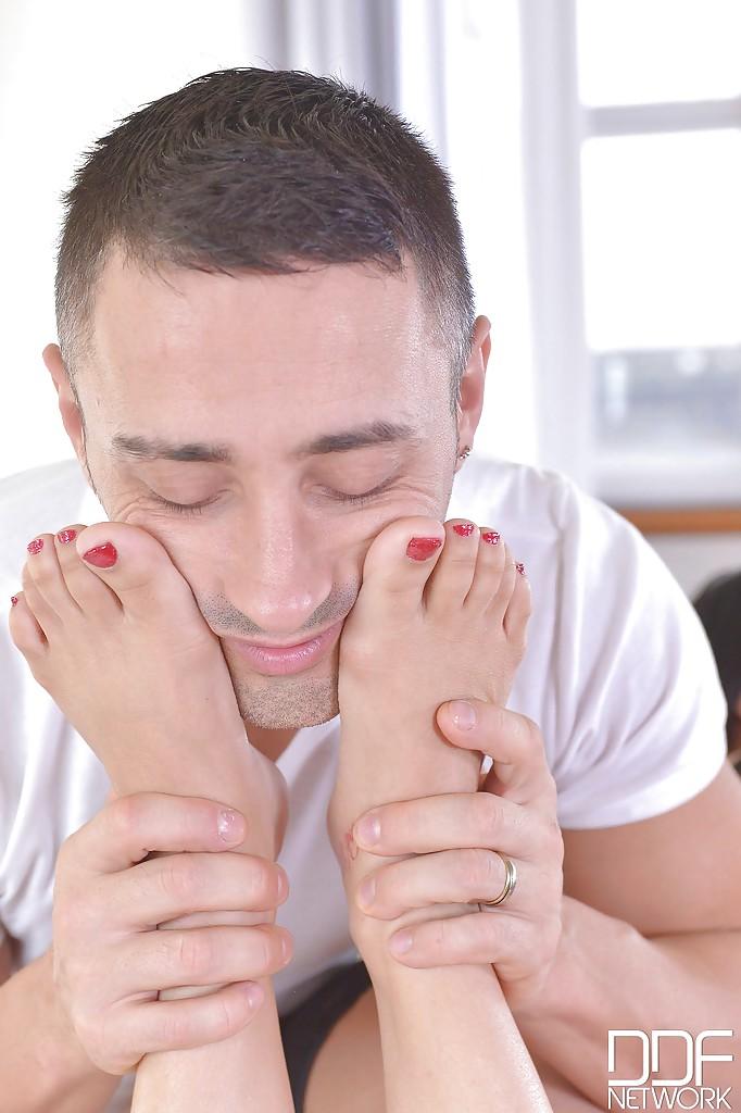 Китаянка с крупными буферами дрочит массажисту ножками