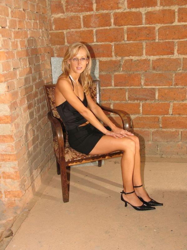 19-летняя блондиночка с симпатичными титьками неимоверно сильно хочет зрелых мужчин