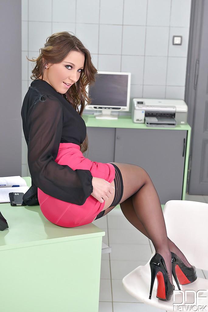 Офисная сотрудница онанирует в кабинете во время обеденного перерыва секс фото