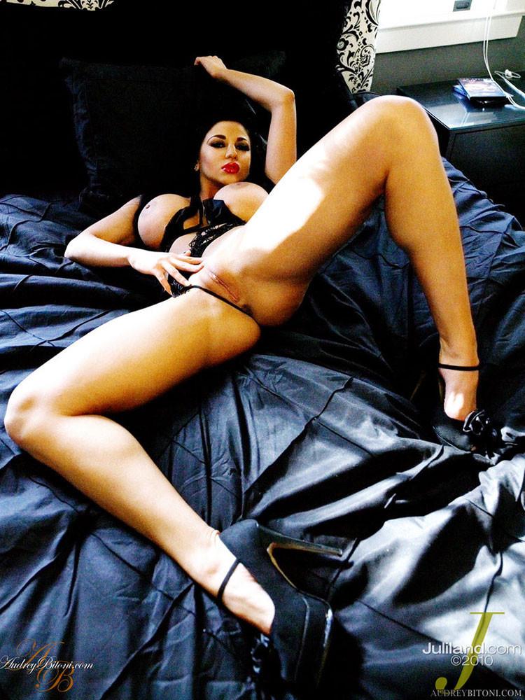 Одев прикольное интимное белье Одри Битони широко разводит ноги