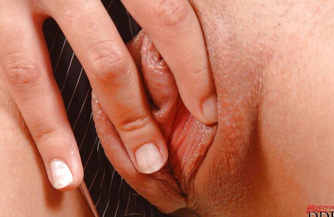 Изящная баба мастурбирует секс-машиной