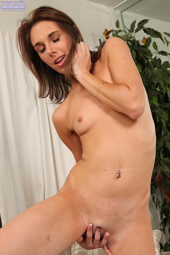 Брюнетка довела себя до оргазма руками