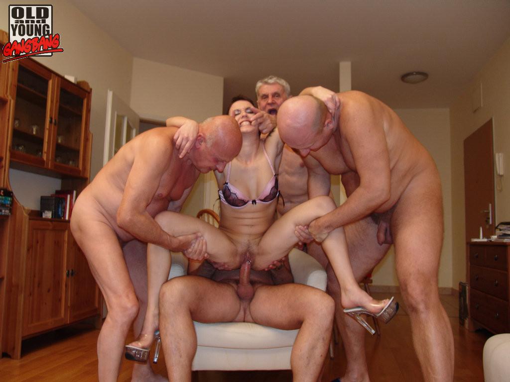 Четыре старика выебали и обоссали мамашу