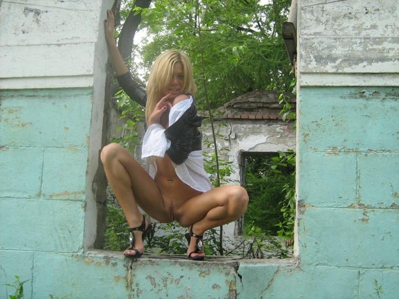 Смуглая блондиночка на каблуках оголилась в заброшенном здании