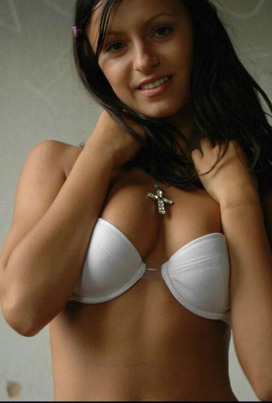 Изящная русая порноактрисса обнажается и снимается на даче