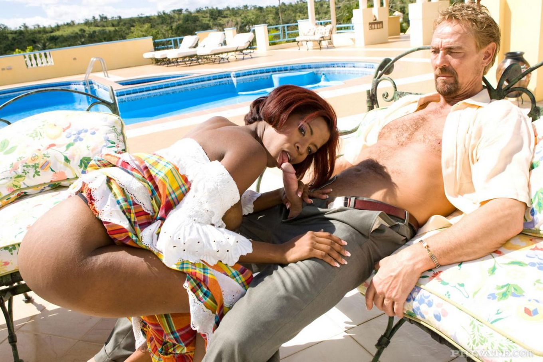 Черная латиноамериканка в длинном платье Madelin Crox у бассейна наслаждается светлым хером в своей стриженной коричневой письке