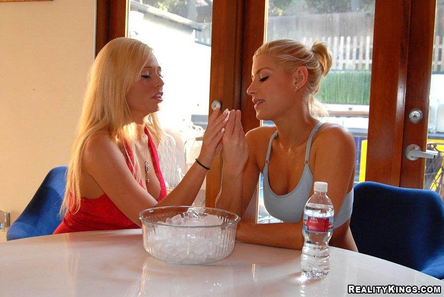 Возбужденная Angelina Ash и ее девушка Nikki LaMotta занимаются грязным лесбийским интимом