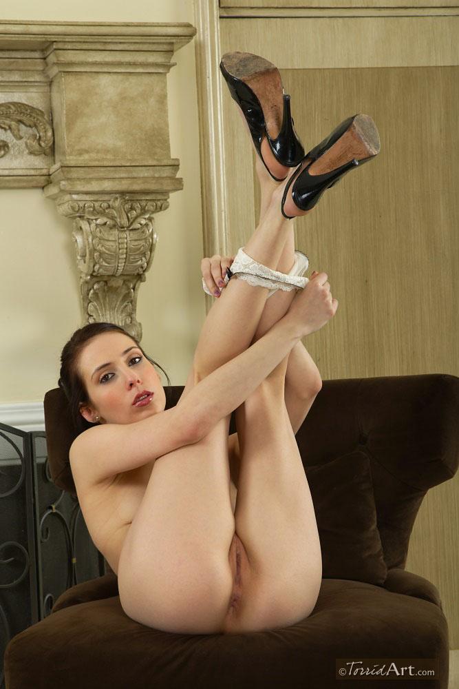 Темненькая Айден Эшли с сексапильным торсом снимает свое белье и туфли