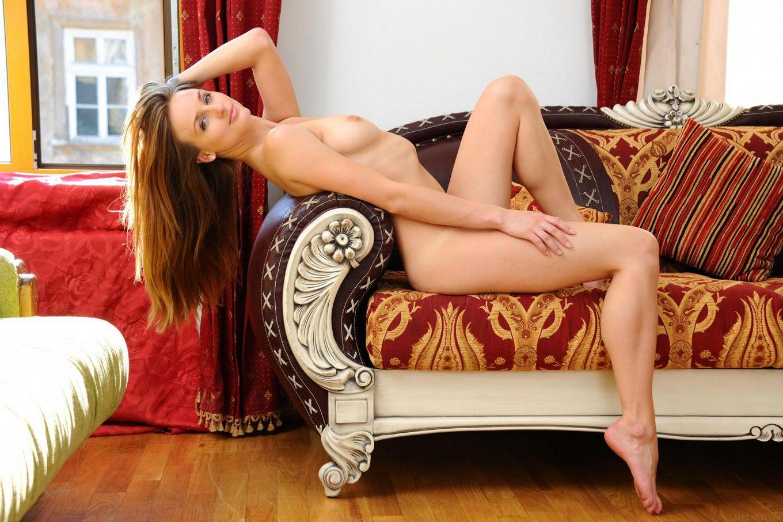Шикарная детка Vittoria Amada соблазнительно двигается, демонстрируя грудь и вагину