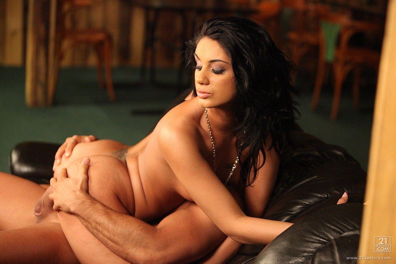 Soraha отдалась в тугую попу и впитывает сперму изнутри за сценой