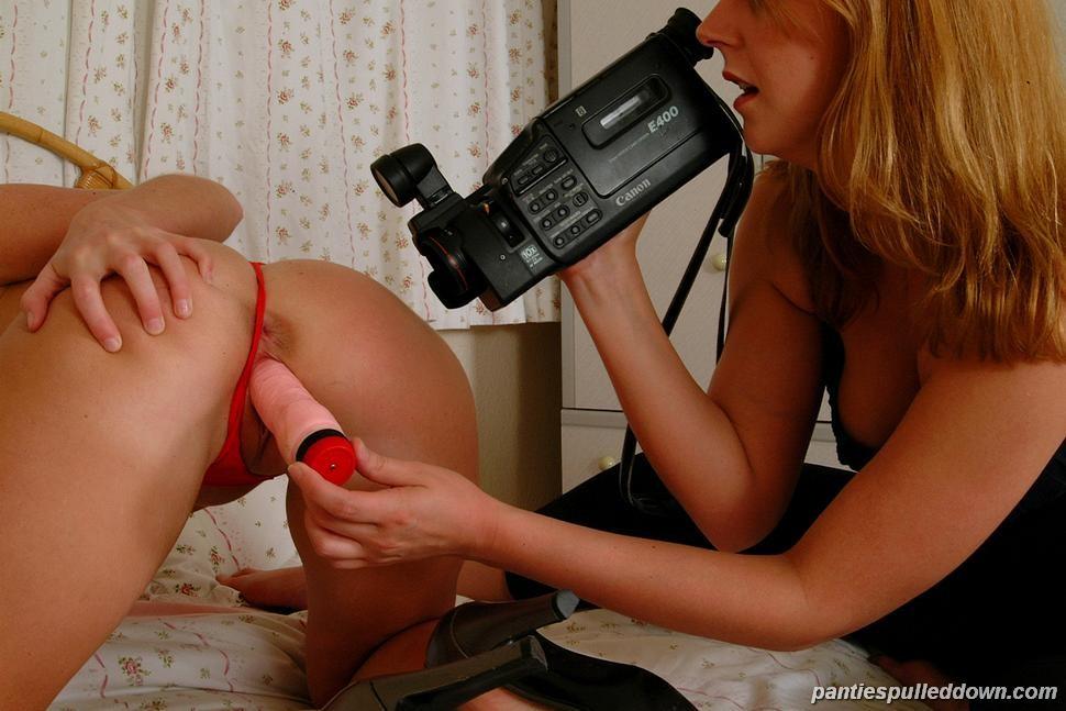 Натали стаскивает как ее девушка онанирует огурцом