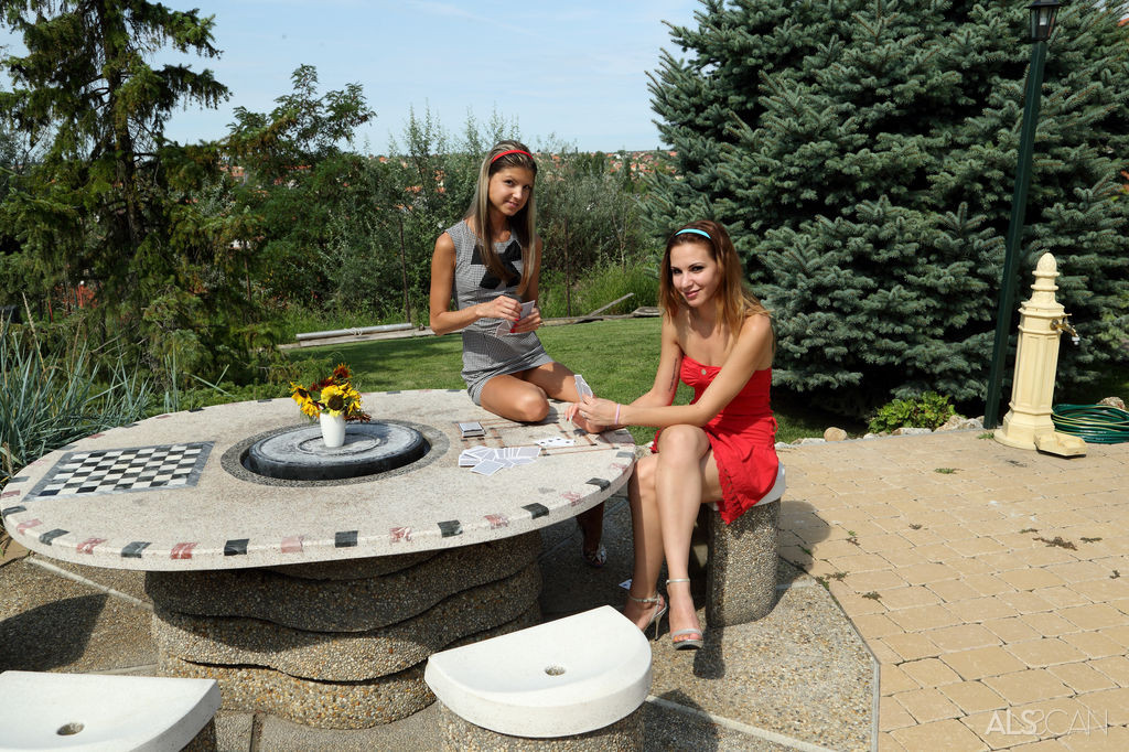 Кенди и Gina Gerson используют один большой вибратор на двух