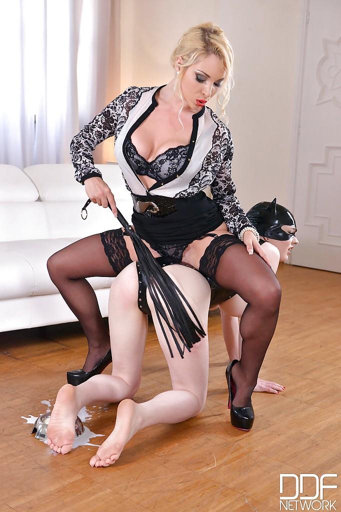 Властная woman обучает женщину-кошку