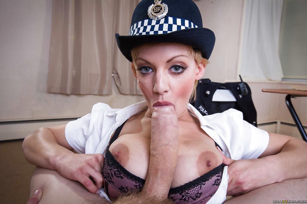 Полицейская тетка в чулочках дает чуваку на деревянном столике