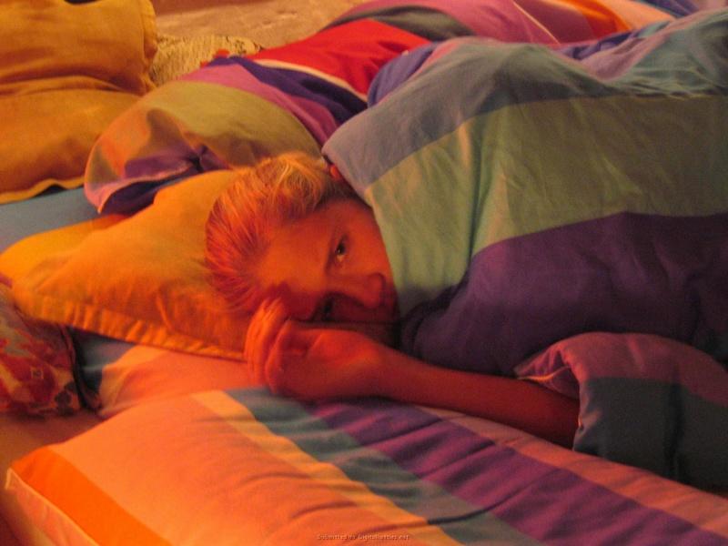Блондинистая хозяйка в чулочках встала раком на кроватке