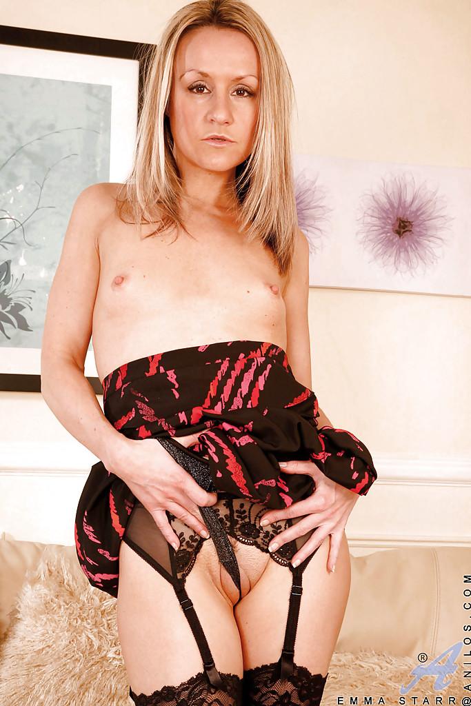 Эмма Стар в чулочках мастурбирует дилдо на постели
