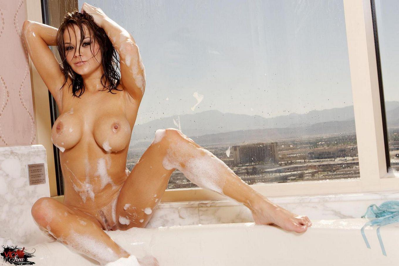 Упоительная темноволосая цаца Бри Линн с огромными титьками заныривает в ванную