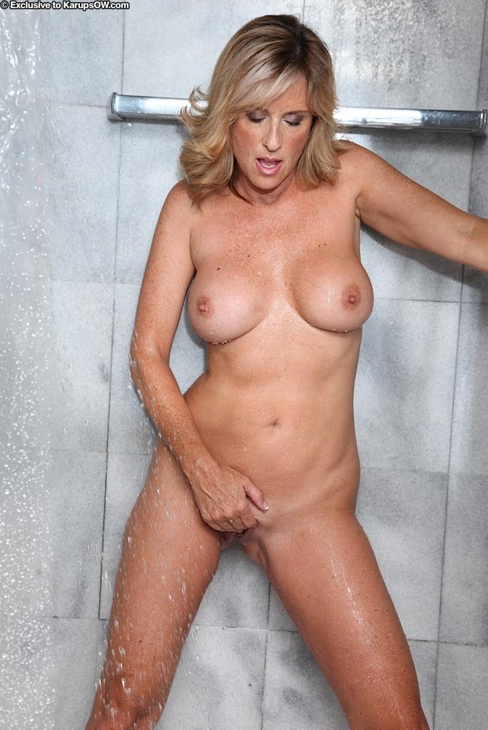 Похотливая мамуля Jodi West мылит свои шикарные сиськи и гладкую побритую пилотку под струями душа