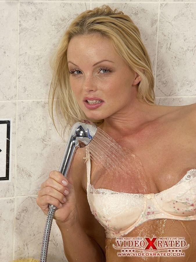 Дамочка обмазала себя маслом и дрочит под душем